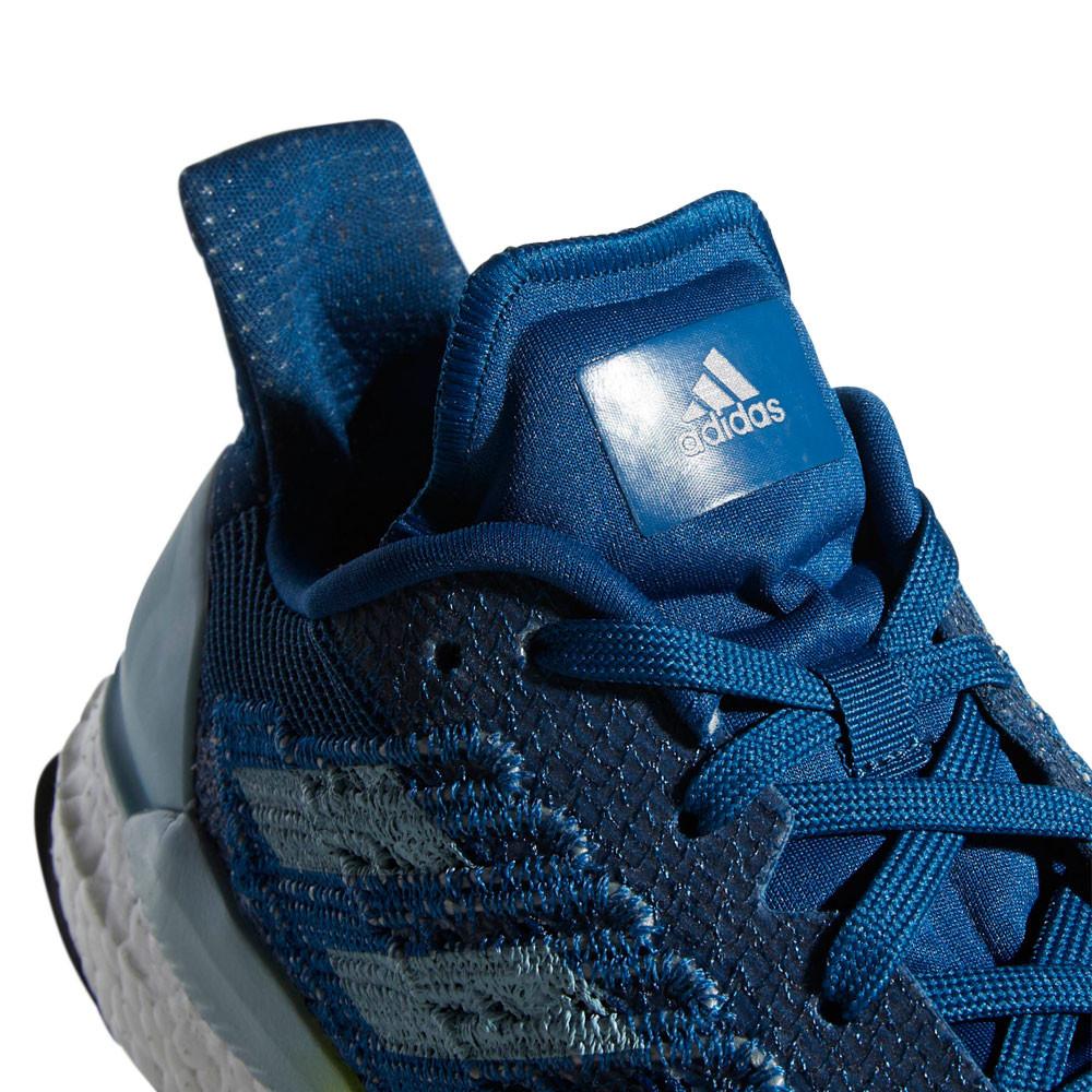 Scarpe Da Tennis Blu Di Adidas Per Correre Fotografia