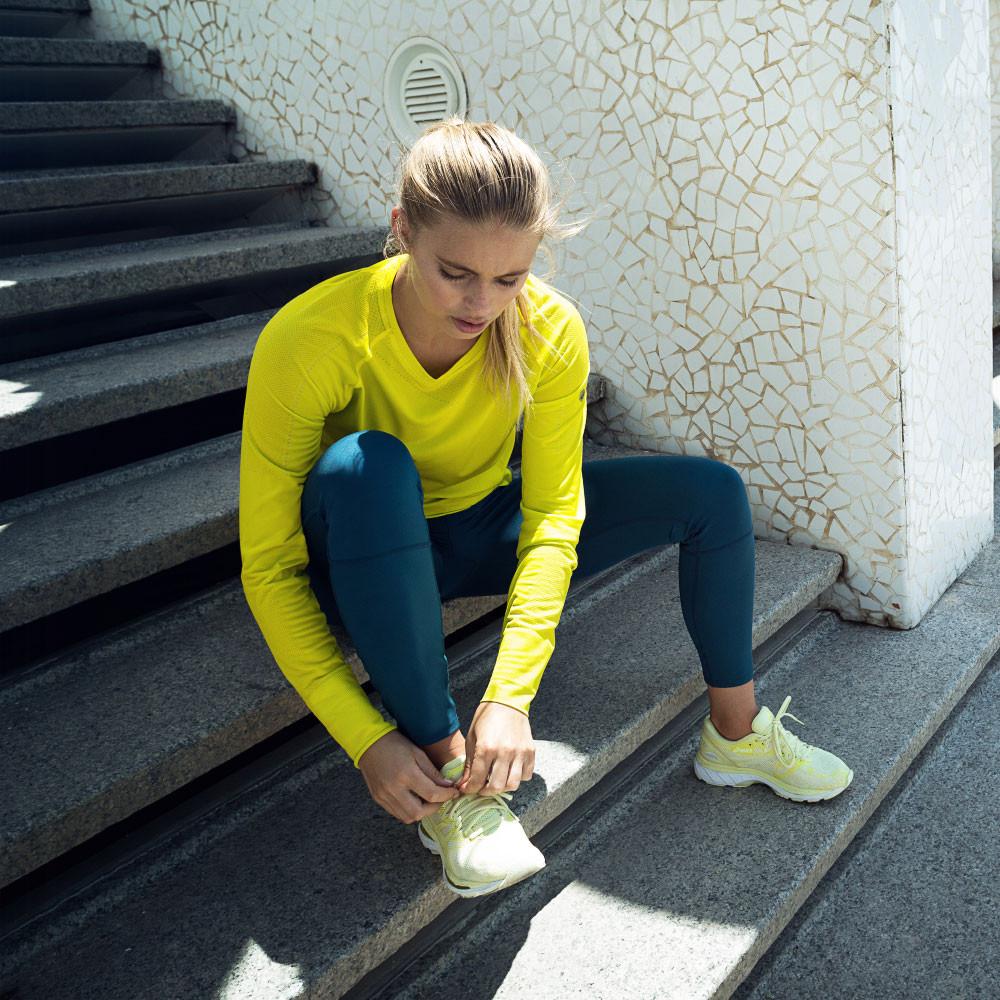 woman asics running nimbus 20